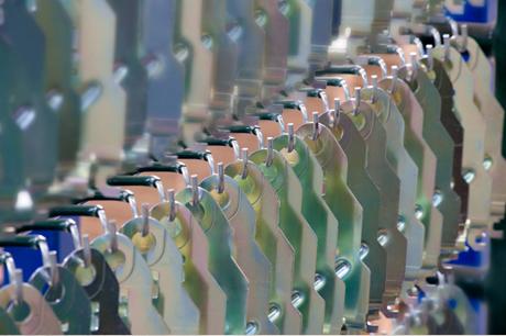Hazisa solucions en zincat electrolític en bastidor