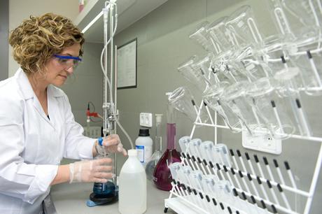 Qualitat Hazisa: controlem tots els paràmetres de procés amb anàlisis químiques i assajos de corrosió amb la supervisió de l'empresa Atotech.